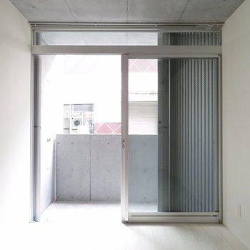 一面窓です〜。こんなに開けるとうるさいかな※写真は別部屋同間取りです。