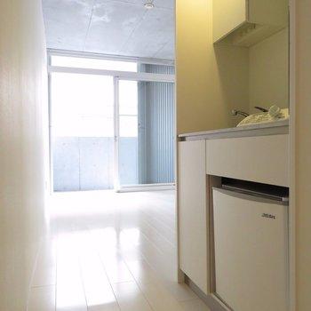 小さな冷蔵庫ついてます※写真は別部屋同間取りです。