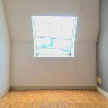 続いてもうひとつの洋室へ!(間取り図右側)※クリーニング・電気が付く前