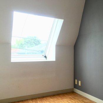 この斜め天井と出窓が素敵よね〜※クリーニング・電気が付く前