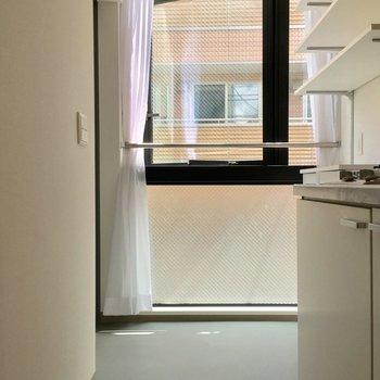玄関はキッチン奥に。窓が大きくて明るい〜!