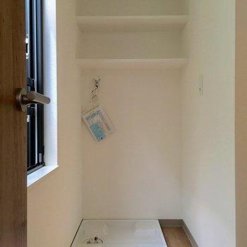 洗濯機置場も同じスペースにありました。棚が便利そう!