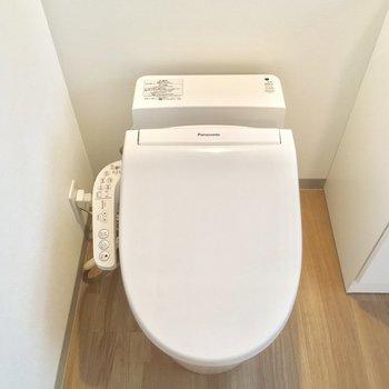 お隣にはタンクレスのトイレ!ウォシュレットも付いてますよん