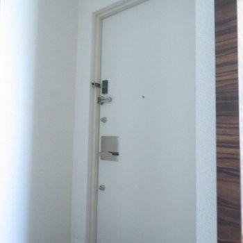 玄関は狭め