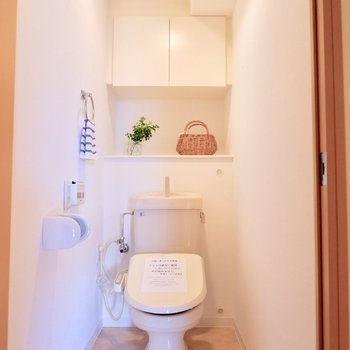 トイレに棚あります。※写真は反転間取りのモデルルームです。