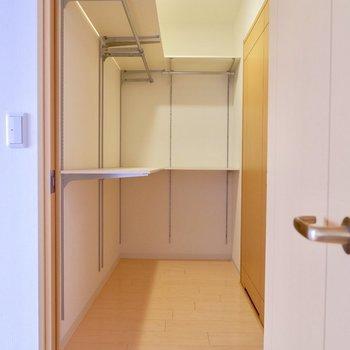 物入れの棚は可動棚!!※写真は反転間取りのモデルルームです。