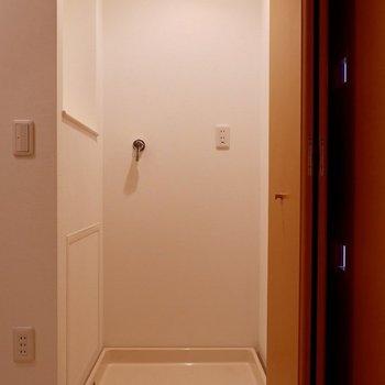洗濯機置場は扉で隠せます。※写真は反転間取りのモデルルームです。