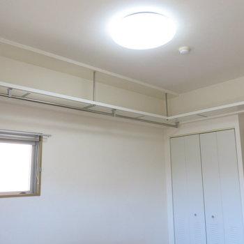 天井にも吊り下げ棚がついてます!