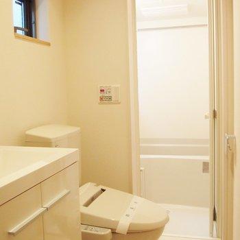 洗面台とトイレは同室で、奥にお風呂です。小窓が嬉しい。 ※写真は前回募集時のものです。