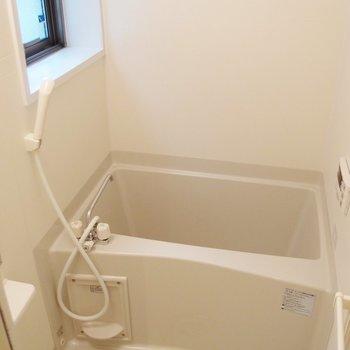 お風呂は窓付き。追い焚きも乾燥機能もあって優秀。 ※写真は前回募集時のものです。