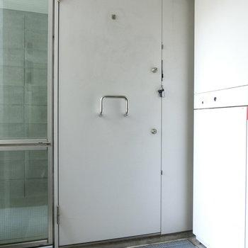 白い玄関扉