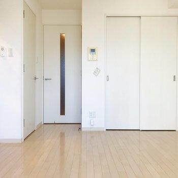窓から。左側がキッチンへ繋がります。