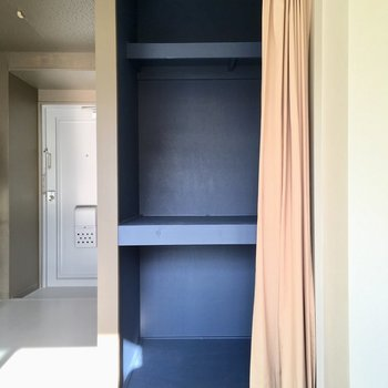 お部屋の収納はこちら。青の色が鮮やかです。(※写真のカーテンは見本です)