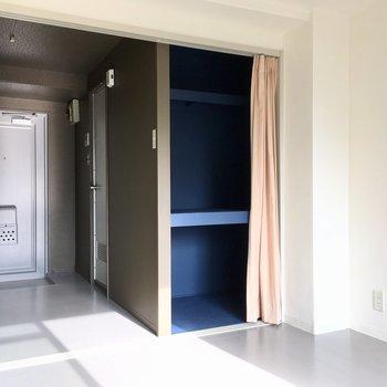 シンプルなお部屋は、1人暮らしオススメ。(※写真のカーテンは見本です)