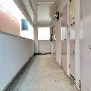 共用廊下は屋根付きなので、濡れないの〜!