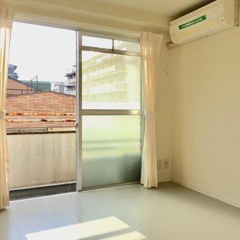 エアコンはお部屋についてきますよ〜。(※写真のカーテンは見本です)