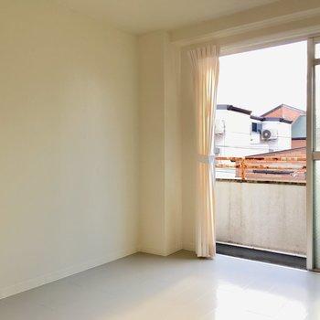 白の壁はどんな家具も合わせやすいです。(※写真のカーテンは見本です)