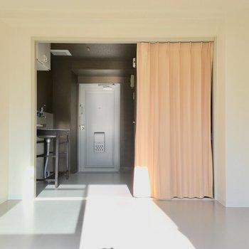 カーテンはお部屋の雰囲気に合わせて変えても良いかも。(※写真のカーテンは見本です)
