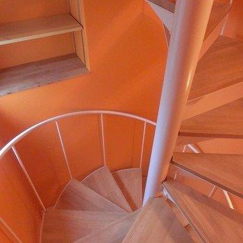 階段途中も棚が設置されていますよ!※写真は前回募集時のものです。