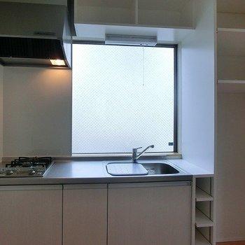 2口コンロのキッチン、大きな窓に棚もあり!※写真は前回募集時のものです。