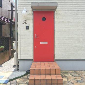 玄関入口はこんな感じ。赤い扉が目印!