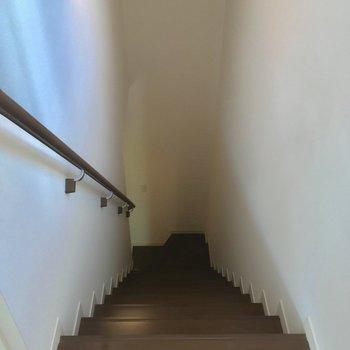 階段を降りて、1階へ行ってみましょう〜(2階踊り場)