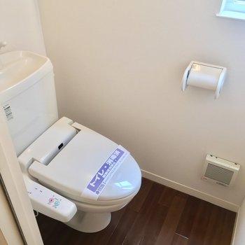 小窓付きの爽やかトイレ!(1階廊下)