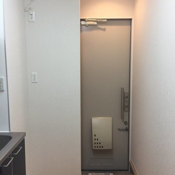 玄関。ポーチはすごく狭い。