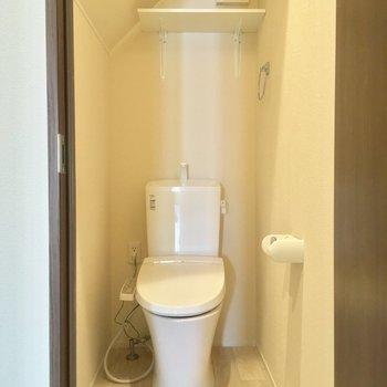 トイレは個室!斜め天井がかわゆい