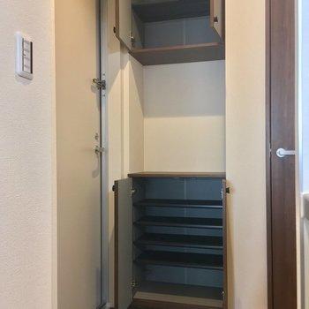 玄関はこぢんまり。でもシューズボックスは大容量◎