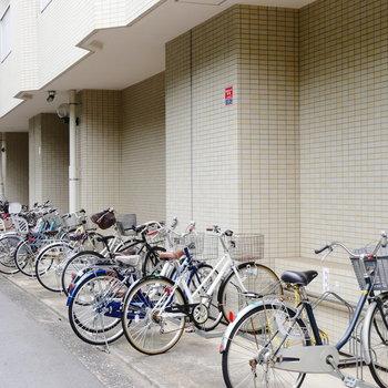 駐輪場はマンション出てすぐ。