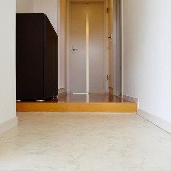 玄関からお部屋を。