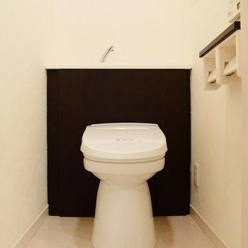 トイレは個室。上部には棚もしっかりあります。