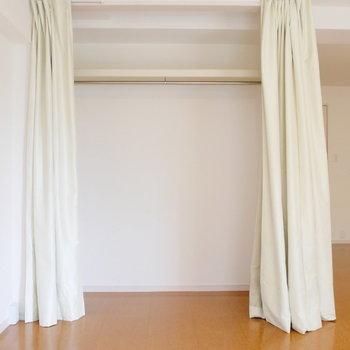 リビング内の収納はカーテンで。
