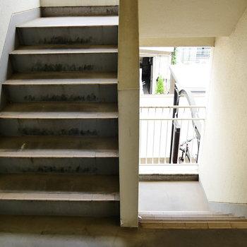 お部屋までは階段で上がってきましょう。