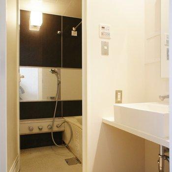 コンパクトな脱衣所※同階同間取り別部屋の写真です