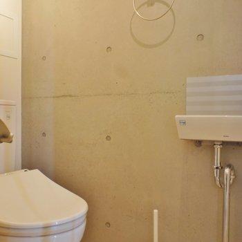 トイレは手洗い洗面付き※同階同間取り別部屋の写真です