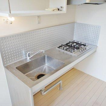 キッチンはステンレス、四口コンロ!※同階同間取り別部屋の写真です
