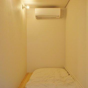 寝室はとってもコンパクト。※写真は前回募集時のものです。