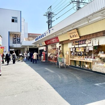 駅前。飲食店などいろんなお店が並んでいましたよ。