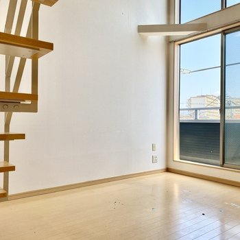 室内は暖かな色合いの明るい空間ですよ。※写真はクリーニング前のものです