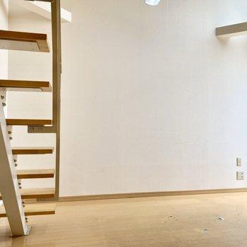 ベッドを置くなら正面の壁際でしょうか。※写真はクリーニング前のものです