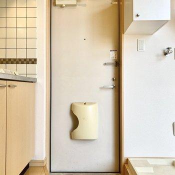 玄関はキッチン横にあります。