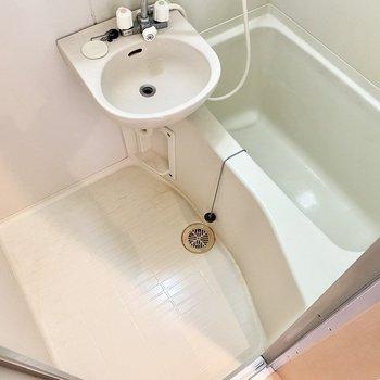 浴槽は深め。肩までしっかり浸かりましょう。