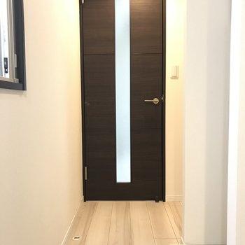 廊下も白くて清純な雰囲気 ※2階同間取り別部屋の写真です