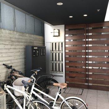エントランスも重厚なオートロックの扉です