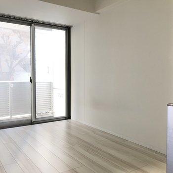 清い印象の白色の床のワンルーム ※2階同間取り別部屋の写真です