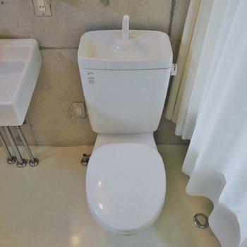 隣がおトイレ。※写真は302号室のもの