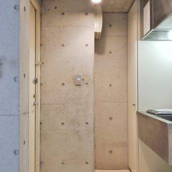 玄関からコンクリの世界が広がってます。※写真は302号室のもの