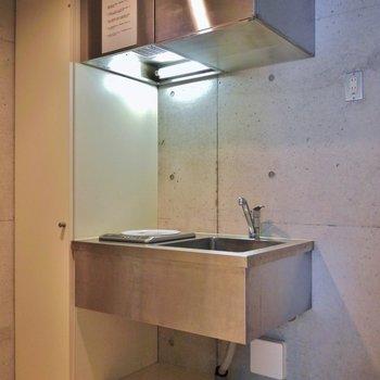 キッチンは、コンパクトサイズ。※写真は302号室のもの